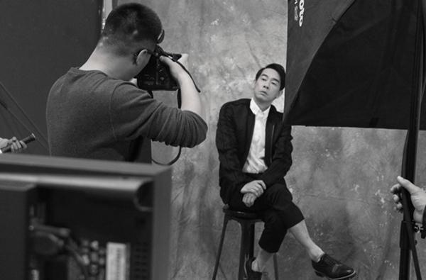 陈小春硬朗黑白写真 再现古惑仔时代